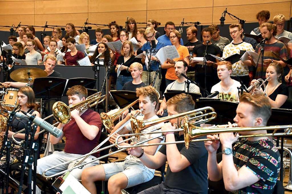 """Die Nachwuchsmusiker von """"Wind Machine"""" nebst Chor begeisterten mit dem Stück """"Teach Me Tonight"""" und zogen die MIT-Gäste in ihren Bann."""