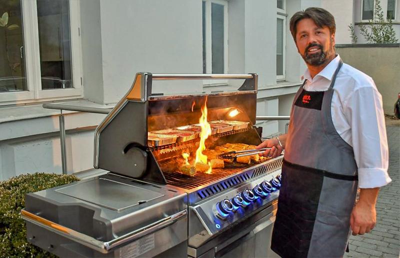 Ulrich Diers und sein Catering-Team sorgten für schmackhafte Speisen, herzhafte Grillspezialitäten, ein ausgezeichnetes Buffet und kühle Getränke, die allen Gästen vorzüglich mundeten.