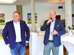 """MIT-Vorsitzender Holger Bormann und Gastgeber Frerk Hennicke (Gaststätte """"Reitling am Elm"""") begrüßen die MIT-Mitglieder und Gäste des Spargelessens"""